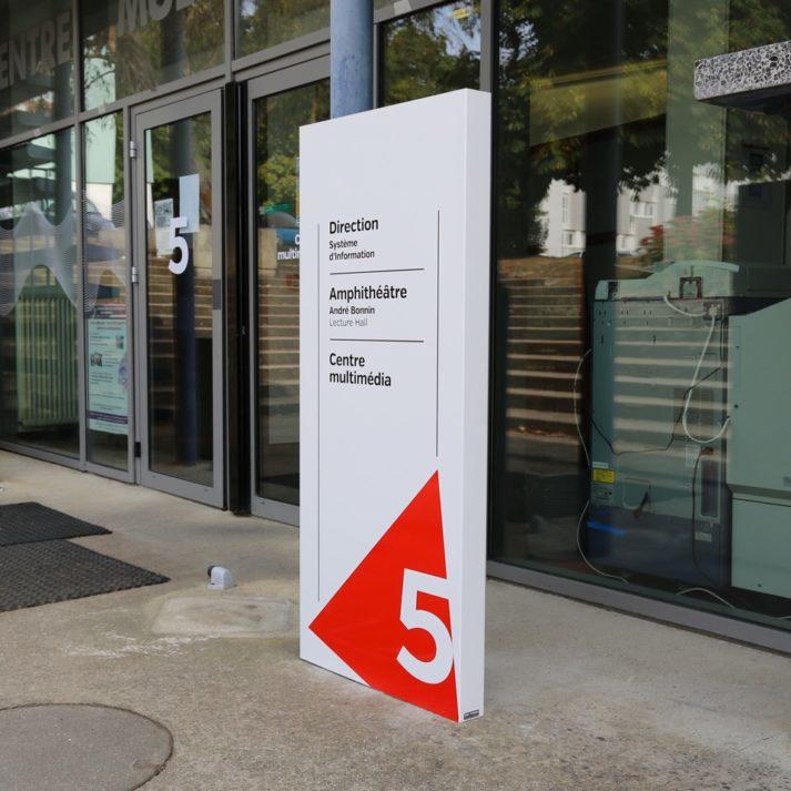 Landeau Création INSA photo signalétique totem bâtiment