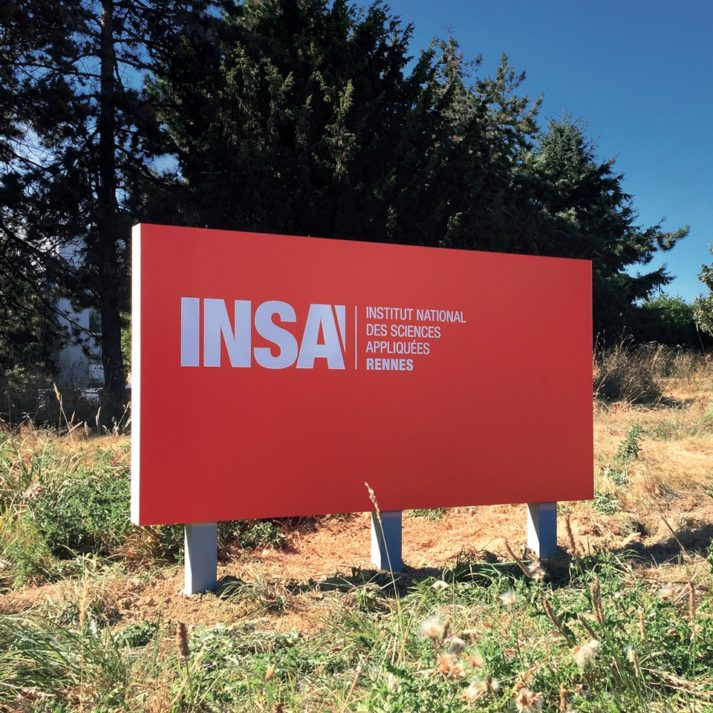 Landeau Création INSA photo signalétique totem rouge périphérique