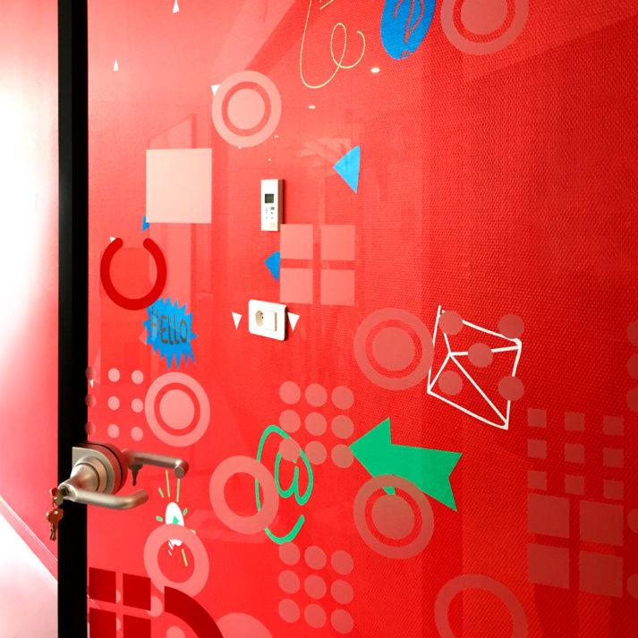 Landeau création Isatech photo signalétique porte mur rouge