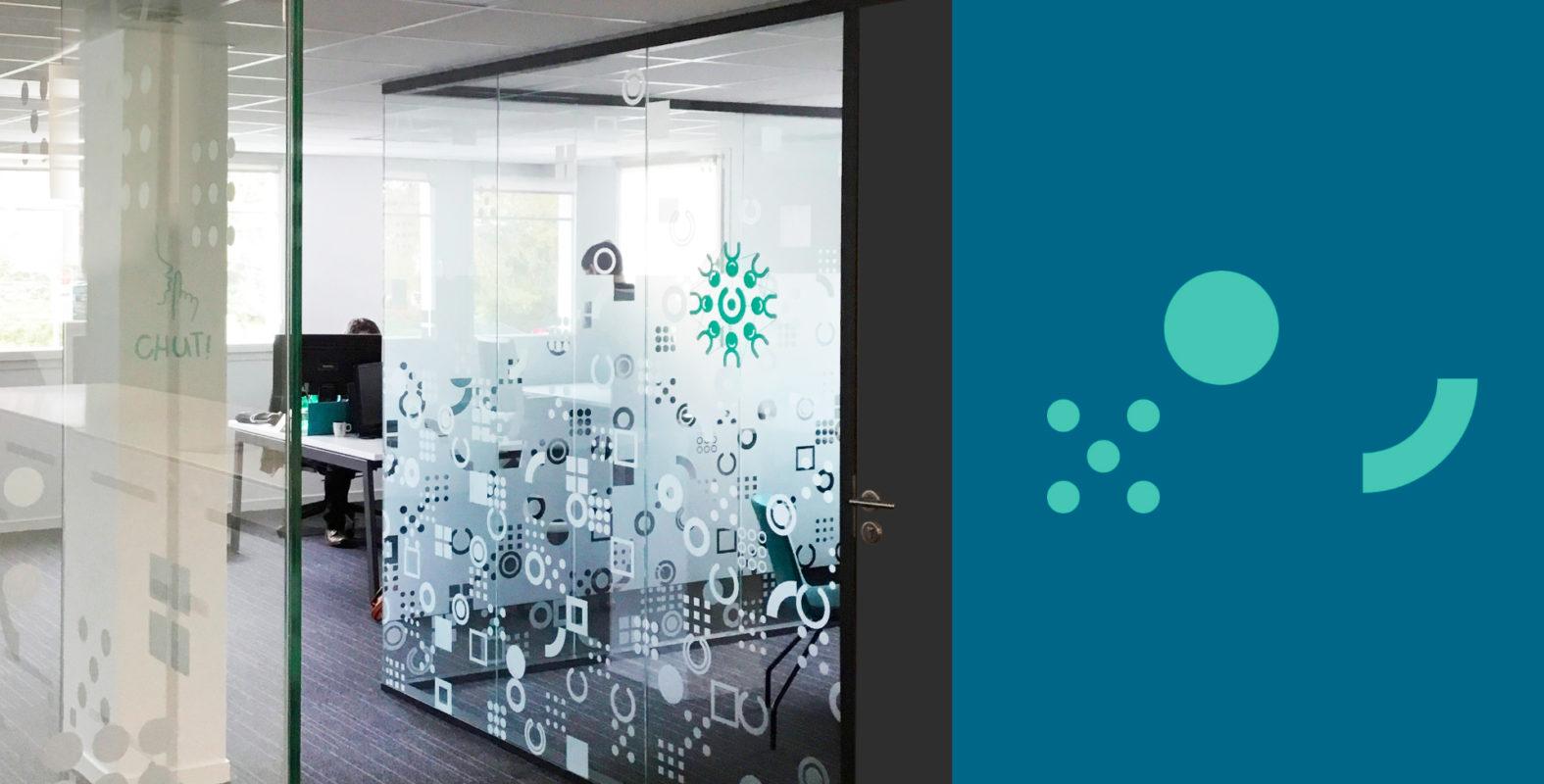 Landeau création Isatech photo signalétique vitre couloir